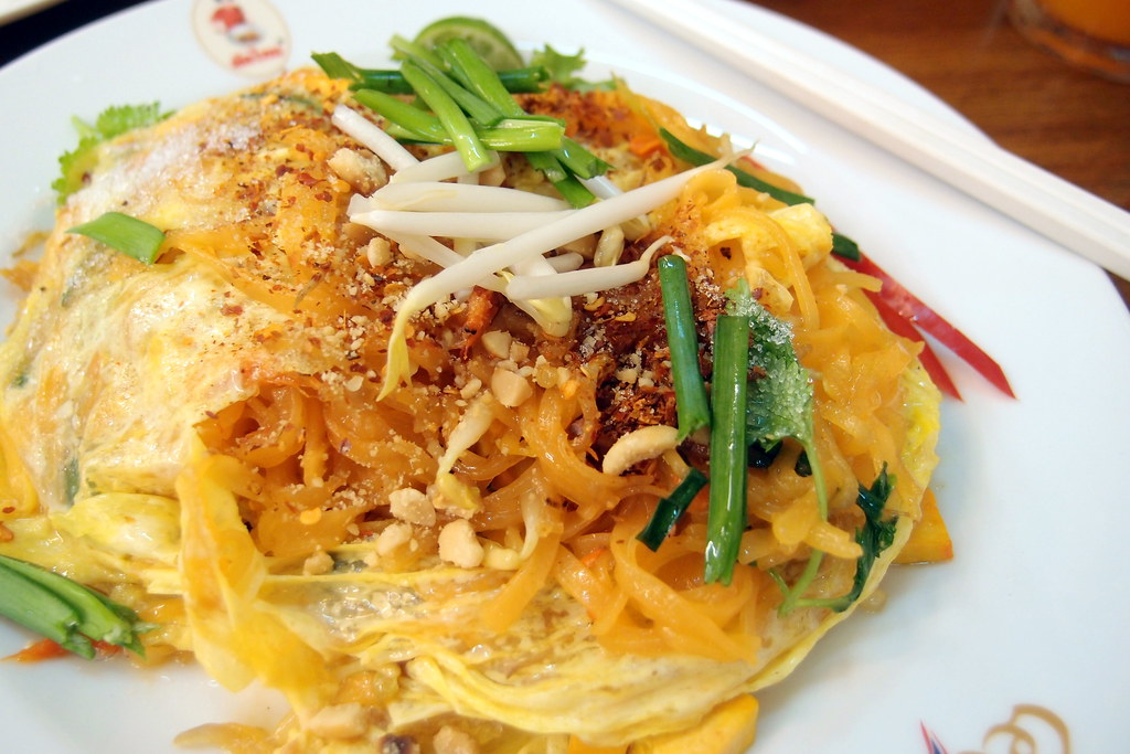 Must Try Bangkok Food: Pad Thai in a plate