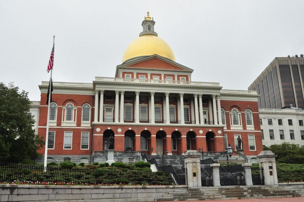 El Massachusetts State House fue construida entre 1795 y 1797 en Beacon Hill, con vistas al Boston Common. El sitio, un potrero propiedad de John Hancock se redujo de 50 pies para la construcción de la Casa de Gobierno.