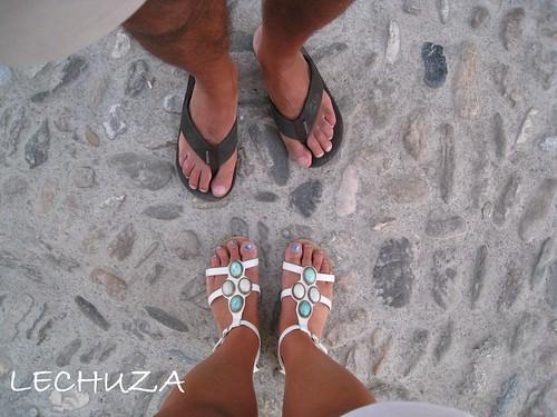 Pies-sandalias blancas