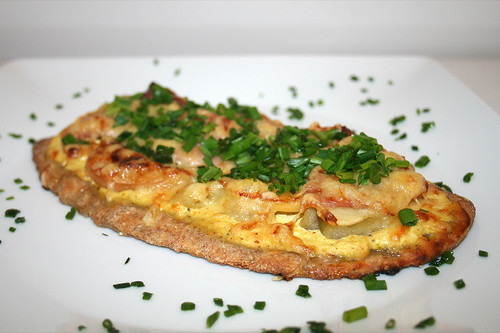 35 - Sellerie-Apfel-Pizza mit Kochschinken / Celery apple pizza with ham - CloseUp