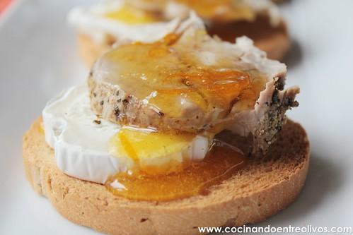 Tostas de solomillo a la sal con queso y naranja confitada (23)