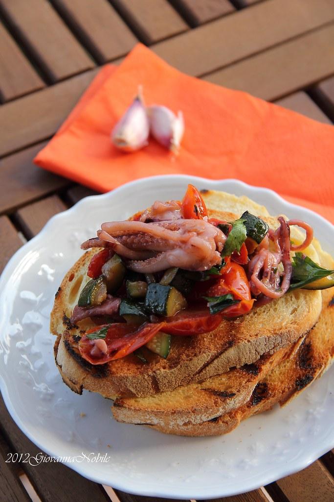 Bruschette con calamari, pomodori datterini e zucchine