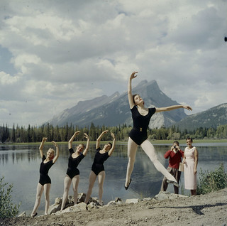 Ballerinas artfully captured in the lens of more than one camera / Photo artistique de ballerines capturées par l'objectif de plusieurs appareils