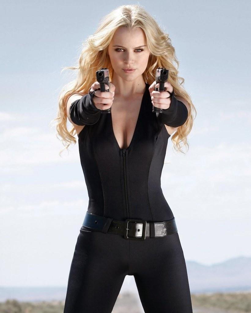 Фото девушек с оружием в руках 2 фотография