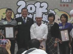 2012新竹風城米粉摃丸節昨召開記者會,今年部分摃丸米粉業者取得產品碳標籤,民眾品嘗傳統美食不忘減碳。(圖片來源:環保署)