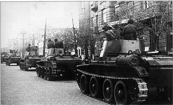 Танки БТ-7 Советской 24-й легкосплавной бригады входят в город Львов