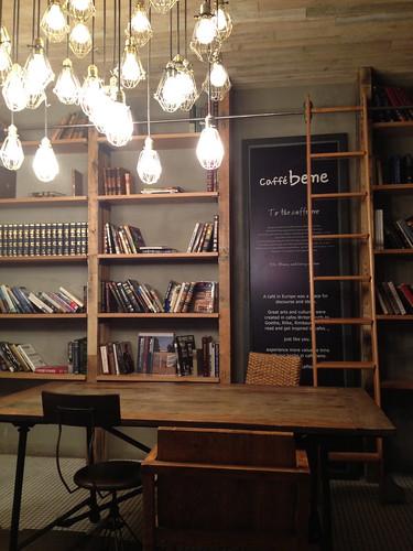 書斎を模したおしゃれカフェ。CHICAGOの劇場の真向かい。
