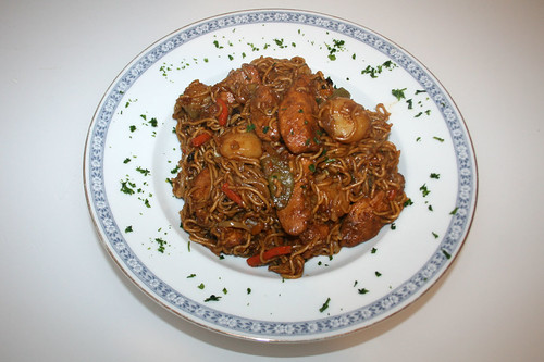 40 - Asiatische Hühnchenpfanne mit Wasserkastanien / Asia chicken noodles with water chestnuts - serviert