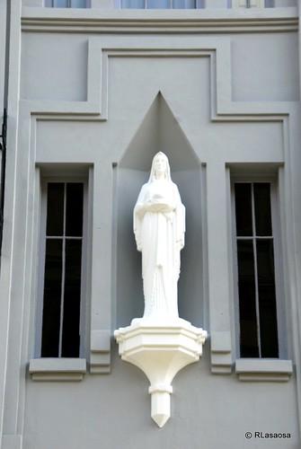 Imagen de la Virgen sobre la puerta de entrada al edificio llamado Servicio Doméstico en la avenida de Roncesvalles de Pamplona, obra del arquitecto Víctor Eúsa