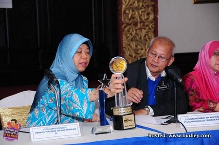 Sidang Media - Pn Norliza Mohd Ali Timbalam Pengarah Seksyen Produksi TV mengulas pertandingan akhir diperhatikan oleh Tuan Hj Mohamad Mat Husin Pengarah Bghn Program Radio
