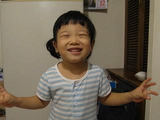 「嬸嬸幫我拍照~我會笑笑~」
