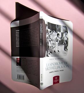Luca Scarlini, La sindrome di Michael Jackson. Bambini, prodigi, traum. Bompiani 2012. Copertina: Paola Bertuzzi; progetto grafico: Poljstudio. Quarta di copertina, dorso, copertina, dorso (part.), 1