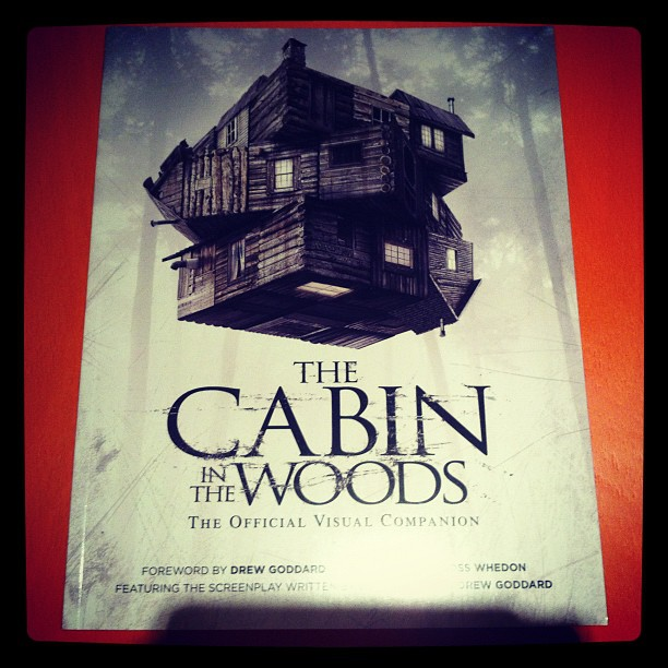 Esto es lo que vengo a regalar hoy, un libraco de The Cabin in the Woods: The Official Visual Companion