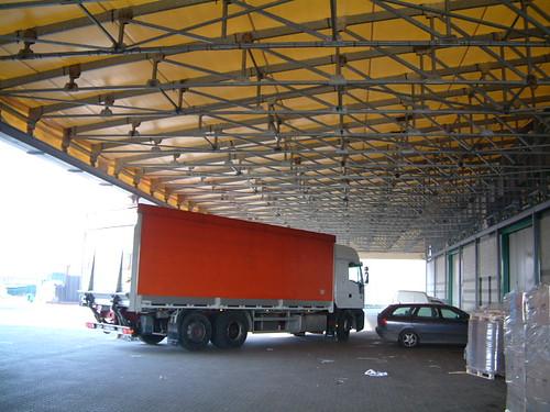 70 metri di copertura mobile addossata ad edificio a protezione del carico scarico merci