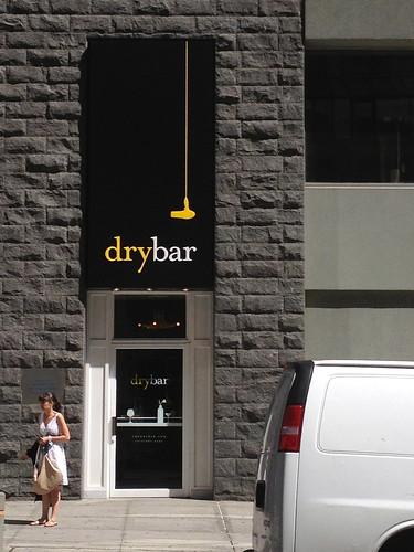 「dry bar」のデザインモチーフは、ドライヤーっぽい。