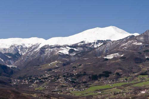 Fanano dominato dal Monte Cimone - ph Roberto Leoni