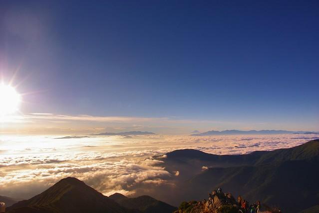 常念岳山頂から富士山を望む