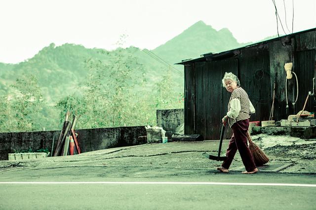 WomanSweeping_Yilan_Taiwan_G.L'Heureux-6462