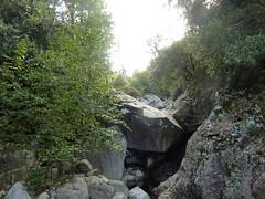 Ruisseau du Valdu Grande vers l'amont avec la cascade sous la traversée