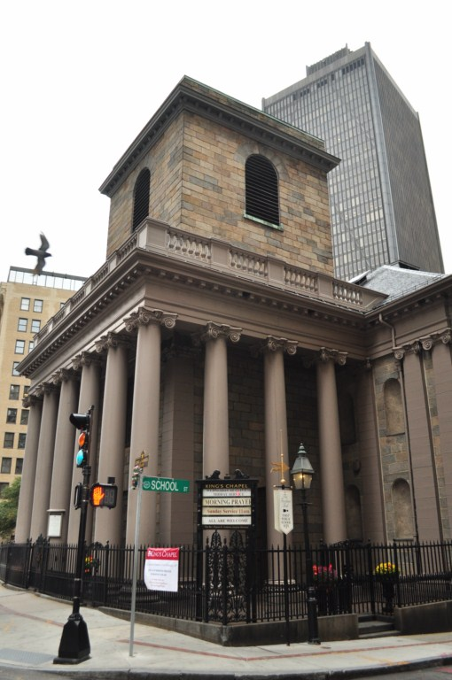 """Siguiendo la línea roja de la Ruta de la Libertad por Tremont Street llegamos a otro cementerio, el más antiguo de la ciudad. Durante 30 años fue el único cementerio de la ciudad. Es el lugar de descanso de algunas de las figuras históricas de Boston, incluyendo a John Winthrop, el primer gobernador de Massachusetts y William Dawes, uno de los tres pilotos que alertaron a los Minutemen de la llegada del ejército británico. En éste terreno se encuentra """"La capilla del Rey"""", un edificio de granito terminado en 1754. Sustituyó a una capilla de madera original, que data de 1688. El púlpito de la capilla, construido en 1717, es uno de los más antiguos del país."""
