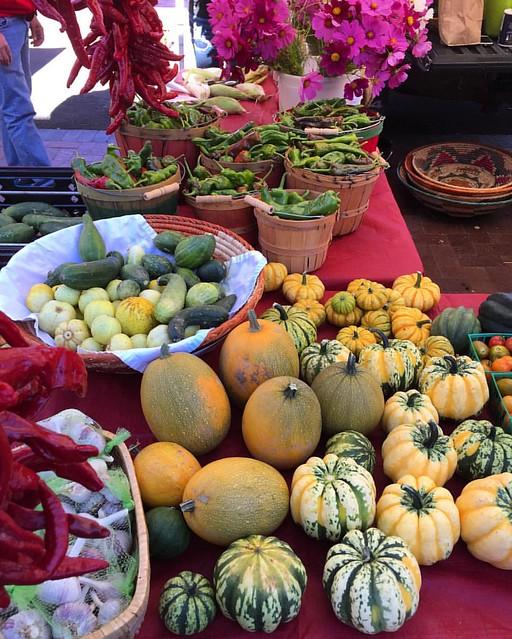 Fall bounty at the Santa Fe farmer's market 🍁 Abundancia otoñal en el mercado de Santa Fe