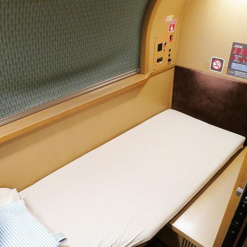 B寝台「シングル」に乗りました。185cmのオレでもちゃんと横になれるスペース。 #サンライズ瀬戸