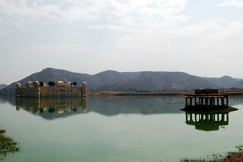 In einem See bei Jaipur ist der Wasserpalast.