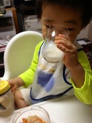 晩御飯で牛乳のむ (2012/9/21)