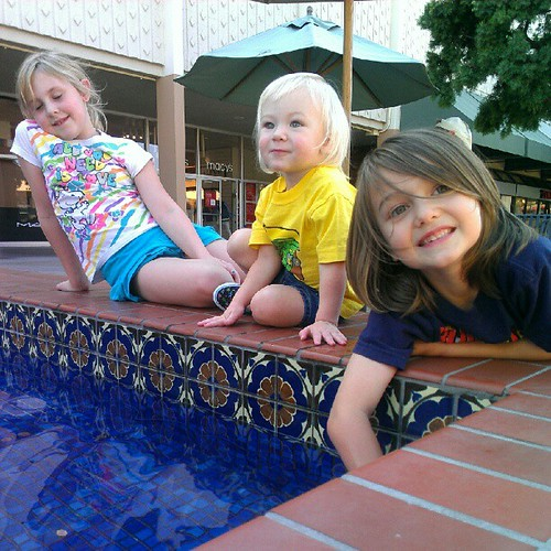 Really cute kids by a fountain. @zebrabelly