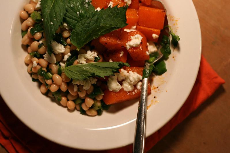 weißer bohnensalat mit gebratenem kürbis, feta & minze