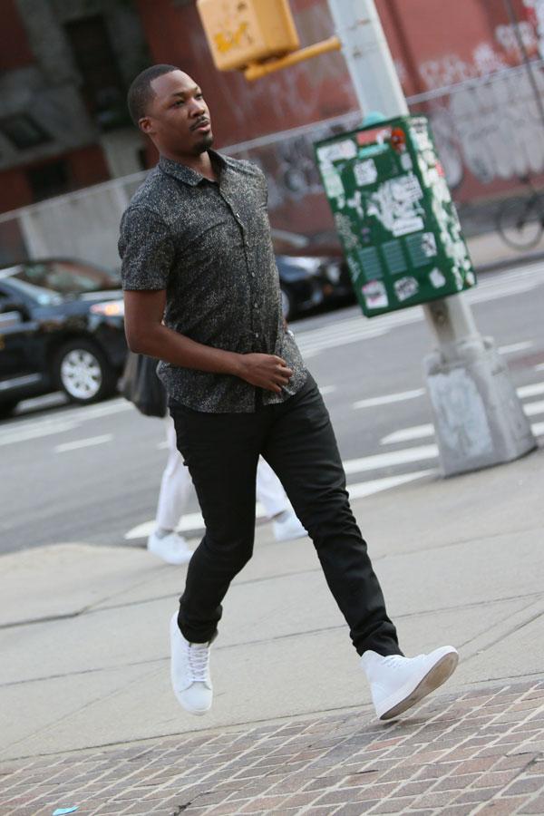 グレー半袖柄シャツ×黒スキニーパンツ×白ハイカットスニーカー