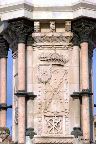 Detalle del Monumento a los Fueros, con los escudos de Pamplona y Navarra
