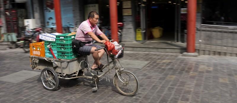 Chinois en vélo dans une hutong