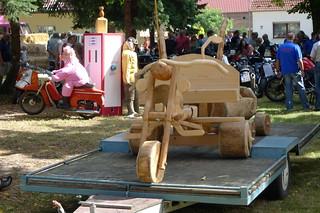 Holzmotorrad verladen zur Rundfahrt