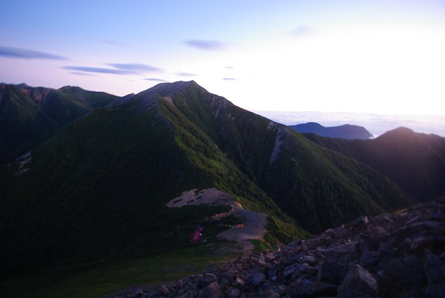 日の出た頃常念岳からテント場を見おろす