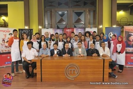 Para peserta bergambar bersama para juri, Pengurus Saluran, Penerbit Eksekutif dan pihak penaja