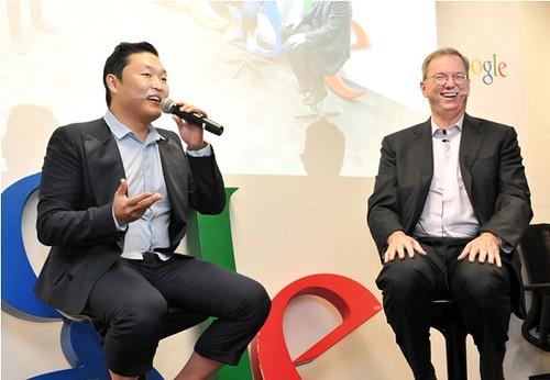Psy dan Eric Schmidt berbincang di kantor Google di Korea Selatan