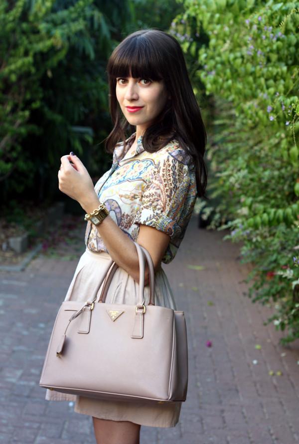 israeli fashion blog, prada bag, paisley blouse, nude pumps, אפונה בלוג אופנה, תיק פראדה, פייזלי, תיקי מעצבים