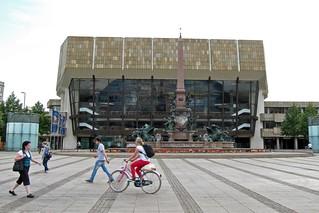 Augustusplatz: Gewandhaus und Mendebrunnen