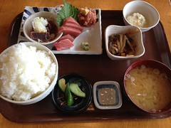 ekiben(0.0), meal(1.0), lunch(1.0), breakfast(1.0), steamed rice(1.0), makunouchi(1.0), food(1.0), dish(1.0), cuisine(1.0), bento(1.0),