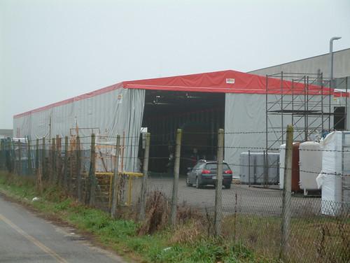 Grande magazzino materia prima realizzato con capannone frontale estensibile