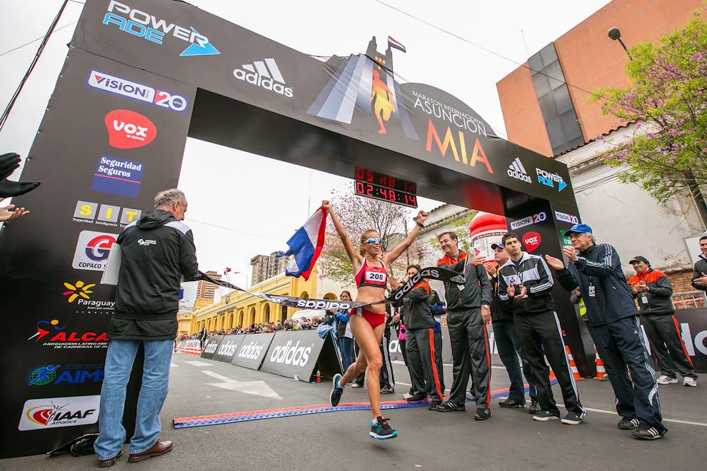 Entre las damas, Eunice Kirwa de Kenia conquistó la prueba con 2:33,42 y la escoltó la paraguaya Carmen Martínez. La fondista fue la más destacada entre los atletas paraguayos que compitieron en la Maratón. Llegó segunda en los 42 kilómetros con tiempo de 2:48,14.(Tetsu Espósito)