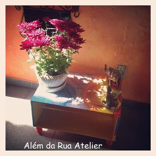 Caixote e flores