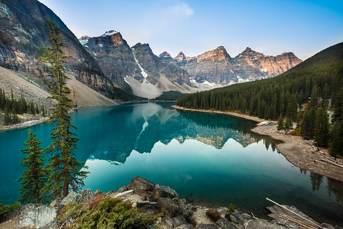 travel lake canada reflection green fall water sunrise rockies nopeople glacier peaks moraine banffnationalpark morainelake 加拿大 洛磯山脈 湖景 班夫國家公園 旅遊攝影 highangelview wenkchemnaglcier モレーン湖