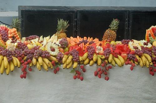 Vor den Lautsprechern sind Ananas und Bananen aufgeschichtet