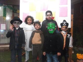 """Niños disfrazados durante la presentación del """"Altar de Día de los Muertos"""""""
