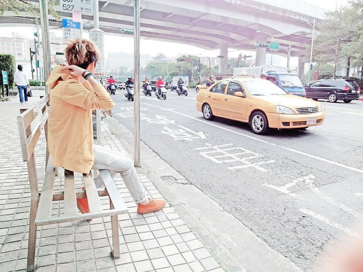 typicalben at taiwan bus stop