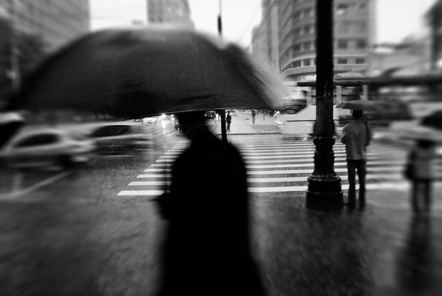 Noir rain - 35 Fantastic Black and Whiite Street Photographs
