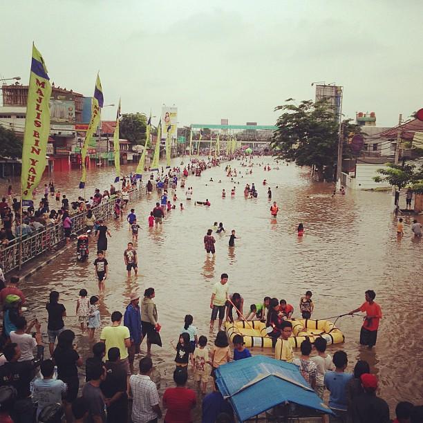 Banjir jadi rekreasi dadakan di kampung melayu #jakarta #flood