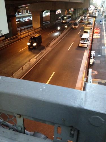 甲州街道の歩道橋を渡ると by haruhiko_iyota
